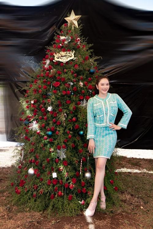 Cựu đại sứ du lịch Việt Nam mặc bộ cánh của Gucci, trang điểm nhẹ nhàng. Lý Nhã Kỳcho biết cô đặt tâm sức, chăm chút tỉ mỉ cho khu resort vì đây là đứa con đầu tay.