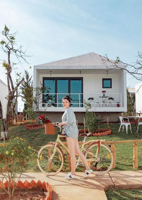 Không khí se lạnh, sự bình yên, lãng mạn của Đà Lạt khiến tôi thích thú, cô nói. Người đẹp cũng thường xuyên đi xe đạp và tản bộ trong khu resort.