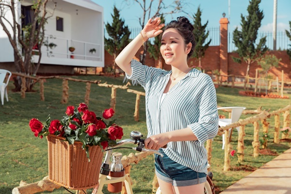 Ở tuổi 37, Lý Nhã Kỳ được khen trẻ trung. Người đẹp tiết lộ, cô tự nuôi cả gà, trồng nhiều loại rau, trái cây trong resort.
