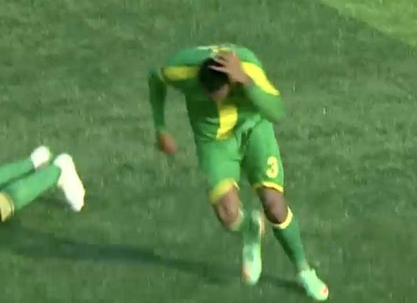 Cầu thủ chạy né đàn ong.