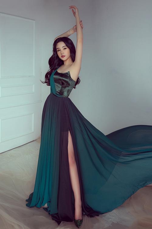 Thiết kế cúp ngực gam màu xanh emerald tôn vai trần thanh mảnh của Ngân Anh.