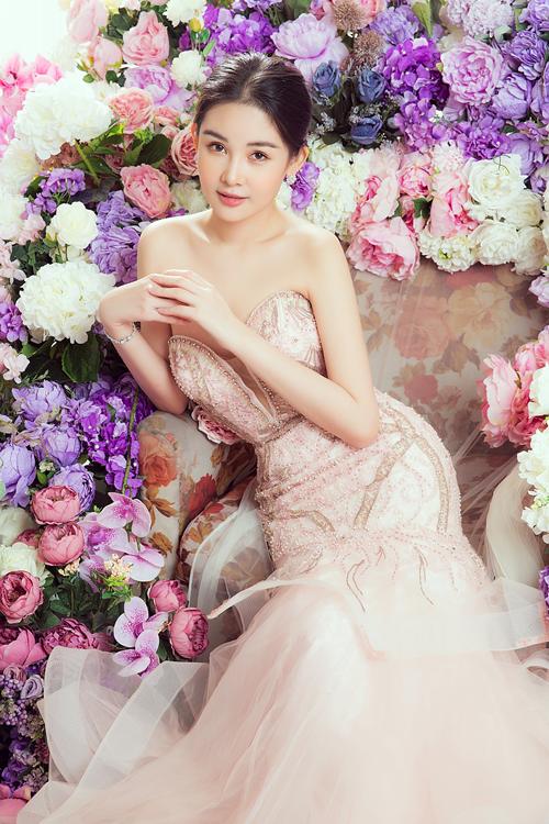 Đầm cúp ngực, đính đá cầu kỳ tạo diện mạo sang trọng cho Á hậu 4 Miss Intercontinental.