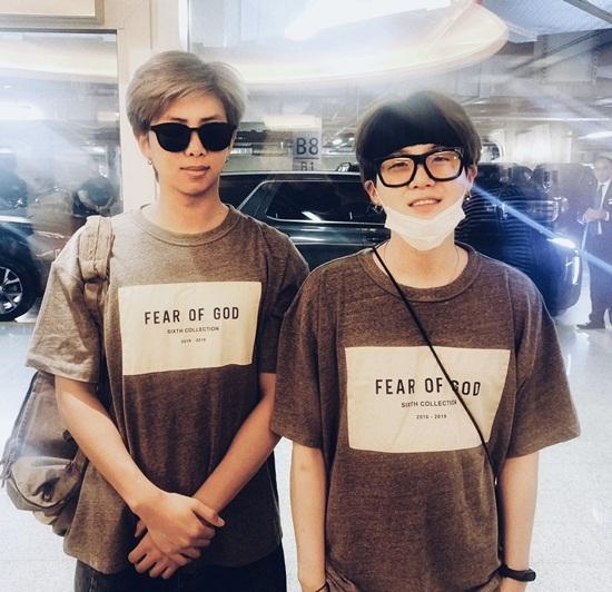 RM và Suga mặc áo đôi.