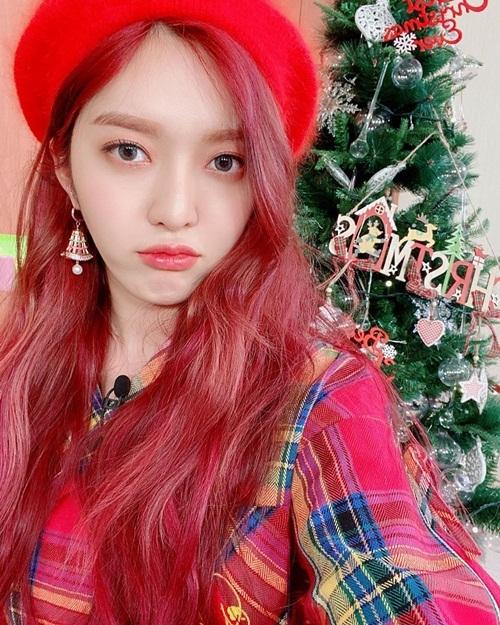 Chan Mi (AOA) lên đồ cùng tông đỏ rực rỡ với mái tóc, rất hợp không khí Giáng sinh.