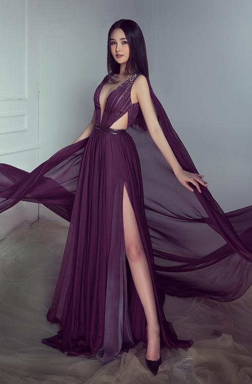 Lê Âu Ngân Anh vừathực hiện bộ hìnhđánh dấu một năm hoàn thành nhiệm kỳÁ hậu 4 Miss Intercontinental. Cô khoe vòng một đẫy đà khi diệnthiết kế xẻ ngực sâu, gam màu tím, chất liệu xuyên thấu.