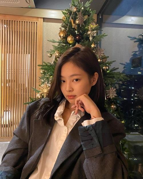 Jennie đi ăn mừng Giáng sinh với phong cách đơn giản.