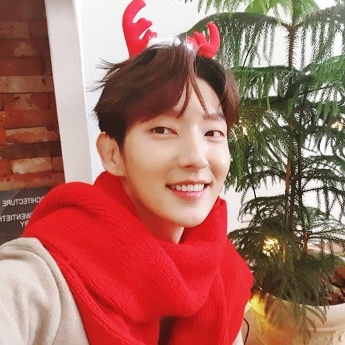 Lee Jun Ki đeo bờm tuần lộc dễ thương chúc Giáng sinh các fan.