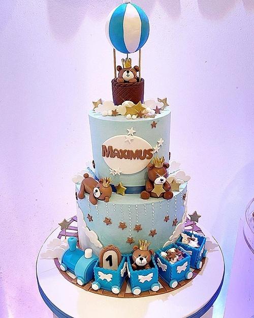 Bánh sinh nhật mừng tuổi mới của con trai Phạm Hương.