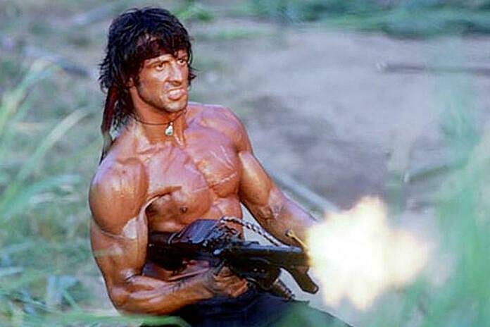 Sylvester Stallone trong hình tượng John Rambo ba thập kỷ trước.