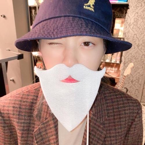 Seol Hyun tinh nghịch đeo râu trắng đóng giả ông già Noel.