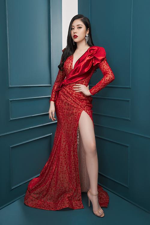 Diện những bộ váy xẻ sâu,người đẹp 9x khoe vòng một gợi cảm và đôi chân dài.