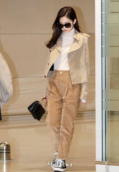 Với dạng vải khá kén người mặc, Jennie đã tinh tế chọn quần nhung phối ton sur ton với áo, tránh sự rườm rà, nặng nề, mà vẫn thời trang và ấm áp.