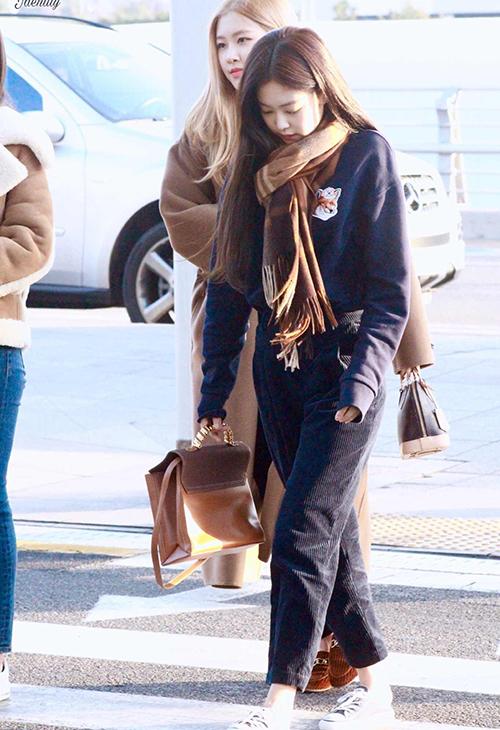 Chất liệu nhung thích hợp với mùa lạnh, giúp người mặc trông ấm áp. Jennie ưu ái kiểu nhung tăm theo xu hướng những năm 90.