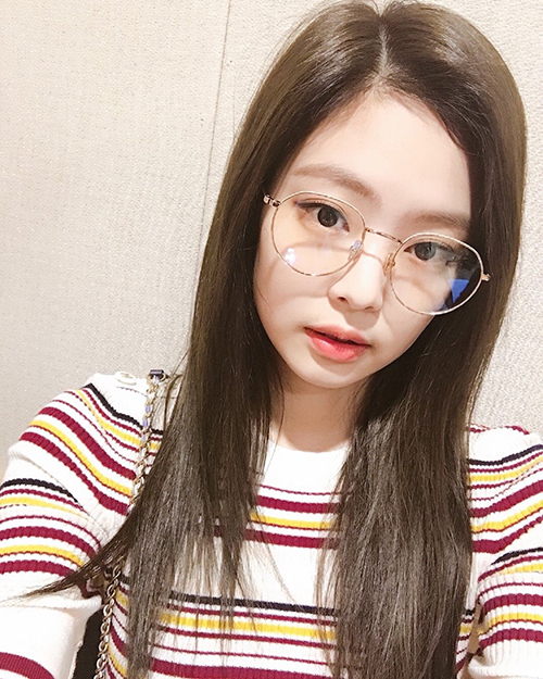 Kính tròn đáng yêu được nhiều idol yêu thích năm nay, Jennie là một trong số đó. Nữ idol trông càng hack tuổi với món phụ kiện này.