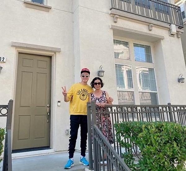 Nhật Tinh Anh bên mẹ trong căn nhà mới mua ở Mỹ hồi tháng 10. Căn nhà có giá hơn một triệu USD với diện tích 300 m2. Nội thất căn nhà được thiết kế theo phong cách hiện đại, sử dụng tông màu ghi xám chủ đạo.