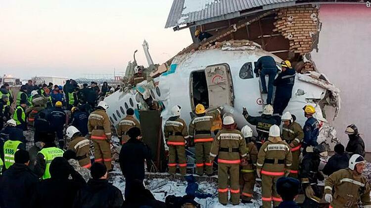 Cảnh sát và nhân viên cứu hộ tại hiện trường vụ tai nạn gần sân bay quốc tế Almaty, Kazakhstan. Ảnh: CNN.