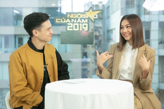 <p> Khi trò chuyện với MC Quang Lộc, Thanh Hằng cũng có nhiều động tác tay nhí nhảnh và cười rạng rỡ.</p>