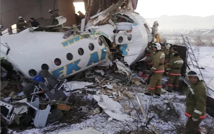 Máy bay chở 100 người đâm vào tòa nhà hai tầng - 1