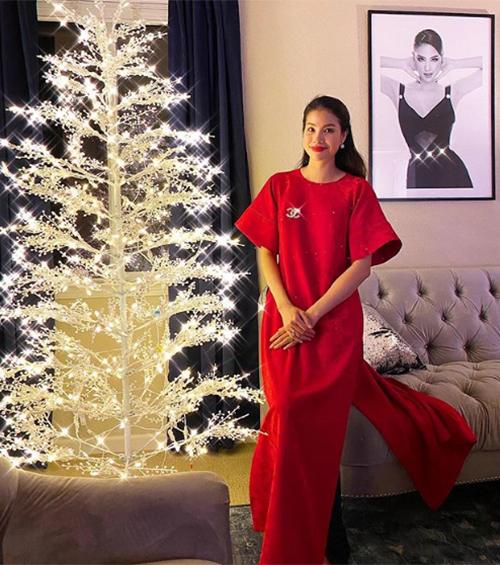 Phạm Hương chụp ảnh nền nã ở tư gia trong bộ áo dài cách tân.