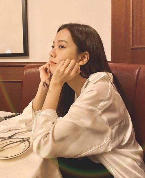 Ji Soo ôm má mơ màng bên bàn ăn.