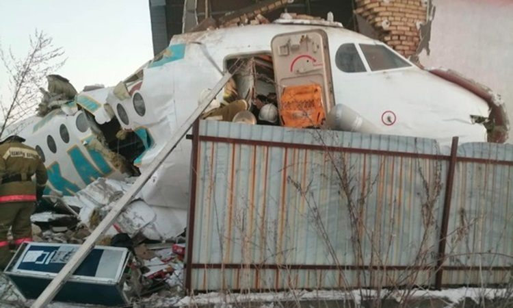 Lực lượng cứu hộ đến hiện trường vụ máy bay gặp nạn. Ảnh: Sun.