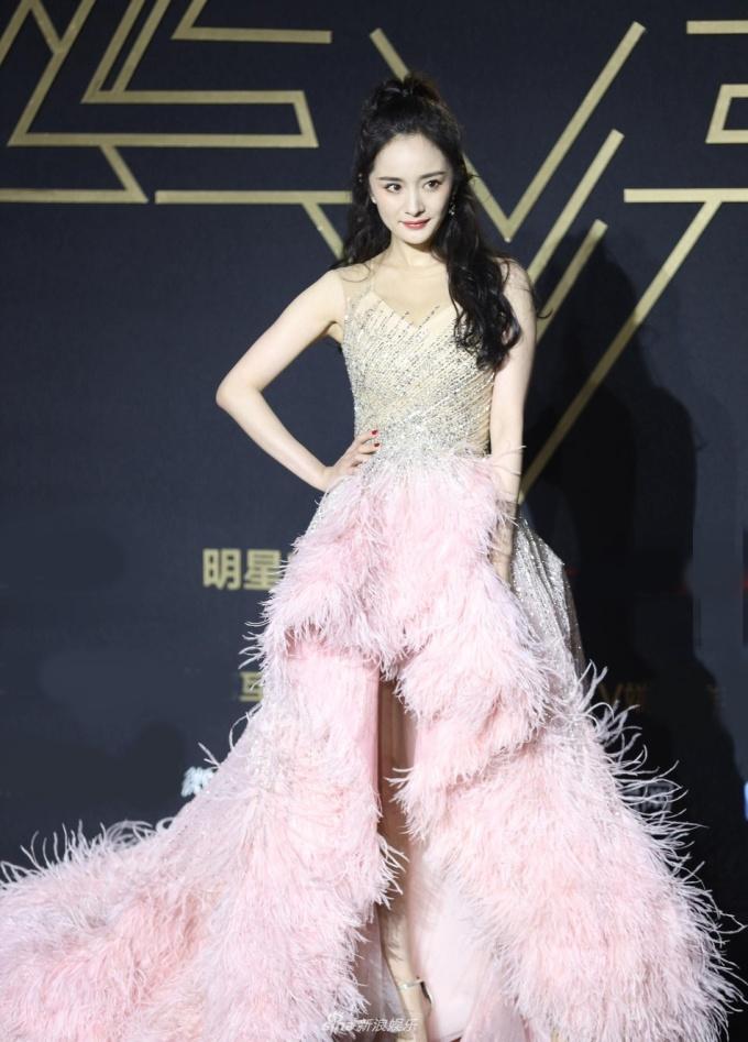 <p> Dương Mịch thu hút ánh nhìn với bộ đầm lông hồng lộng lẫy, cách trang điểm trẻ trung.</p>