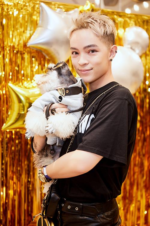 Kelbin Lei tạo dựng phong cách thời trang riêng cho chú cún cưng tên Snow. Tham dự buổi ra mắt của một thương hiệu thời trang, stylist gốc Đà Lạt bế cún cưng theo và đeo cho chú chó vòng cổ bạc triệu.