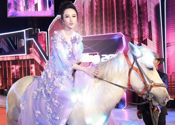 Hai năm trước, Angela Phương Trinh từng cưỡi ngựa lên thảm đỏ lễ trao giải ZMA.