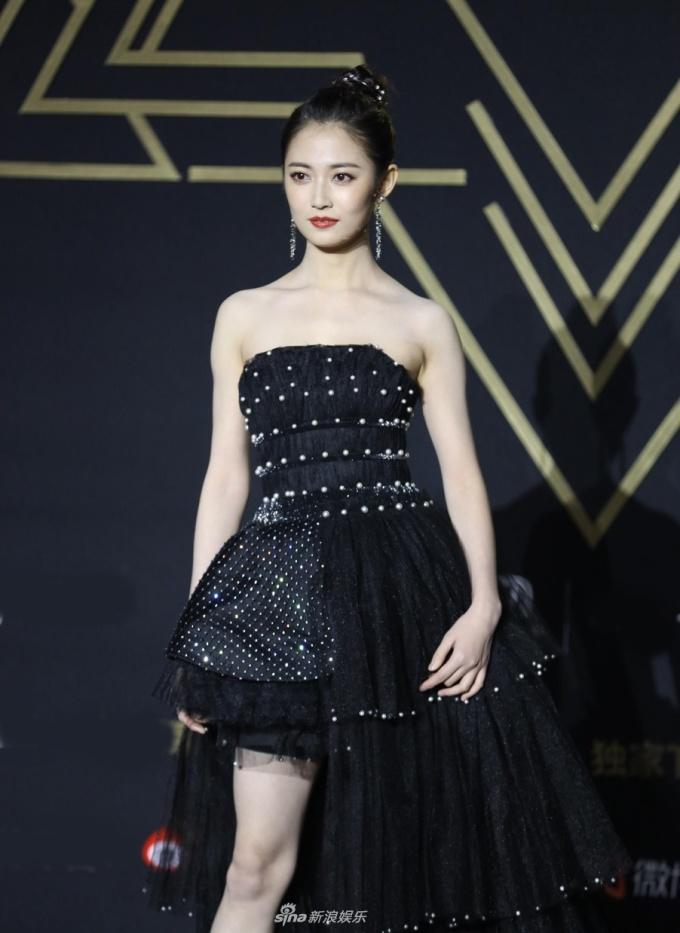 """<p> """"Triệu Mẫn"""" Trần Ngọc Kỳ diện váy bất đối xứng tông đen sang trọng.</p>"""