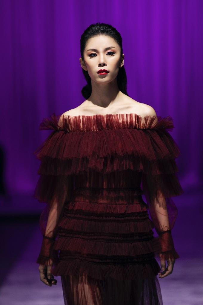 <p> Chiếc váy xếp tầng, xuyên thấu, màu đỏ rượu vang khiếnRiyo Mori trở thành tâm điểm chú ý. Hoa hậu thể hiện sự điềm tĩnh trong tâm hồn người phụ nữ theo tinh thần Haiku (trăng) - phần kết của bộ sưu tập.</p>