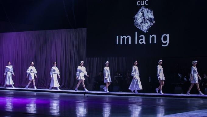 <p> Những bộ trang phục hướng tới bốn tinh thần cốt lõi là Zen (nước), Ikebana (hoa), Bonsai (cây), Haiku (trăng) - những yếu tố duy mỹ của tự nhiên và được tô vẽ qua ngôn ngữ thời trang.</p>