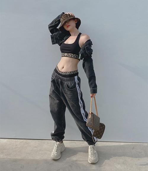 Tóc Tiên khoe vòng eo phẳng lỳ với set đồ thể thao của Versace. Diện quần tụt, nữ ca sĩ không bị kém duyên mà ngược lại rất cool ngầu.