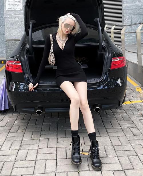 Thiều Bảo Trang tôn lên đôi chân dài thon thả với chiếc váy ngắn cũn ôm sát. Cô kết hợp cùng loạt phụ kiện đúng mốt như túi kẹp nách, boots buộc dây.
