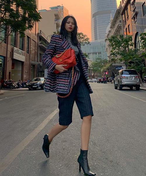Phí Phương Anh mặc áo vải tweed, xách túi Chanel chất lừ dạo phố.