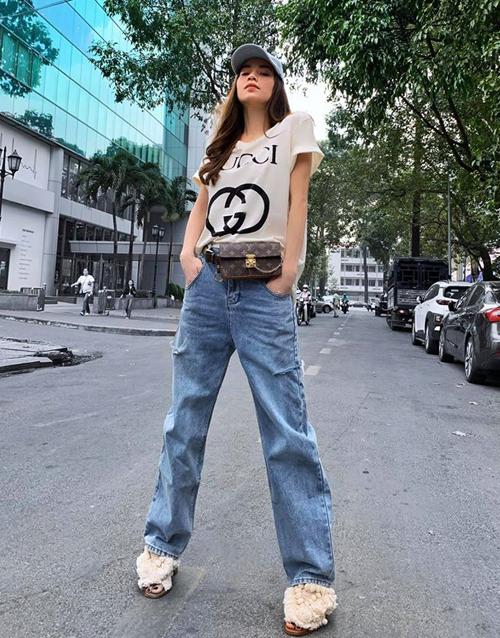 Set áo phông - quần jeans được Hà Hồ thêm độ sành với belt bag của Louis Vuitton.
