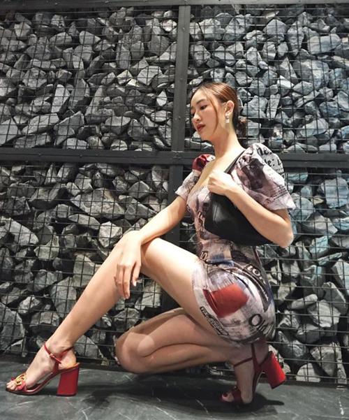 Hà Thu mặc váy ôm, đi sandals nữ tính nhưng vẫn tạo dáng rất ngầu.
