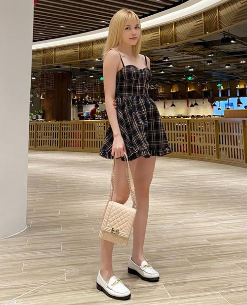 Váy hai dây xòe bồng giúp Thiều Bảo Trâm khoe dáng thanh mảnh và vẻ ngoài như búp bê.