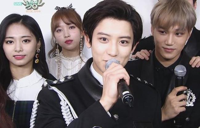 Hồi tháng 11/2018, khoảnh khắc các thành viên Twice đứng cạnh EXO gây sốt mạng xã hội.