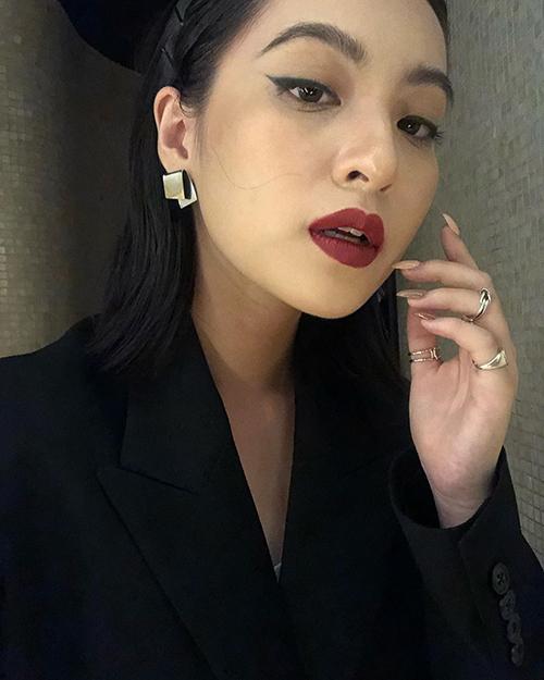 Thảo Tâm vốn có gương mặt sắc sảo, hiện đại nên rất hợp với cách makeup đậm. Đường eyeliner dày và đôi môi đỏ giúp cô nàng lạnh lùng như gái Tây.