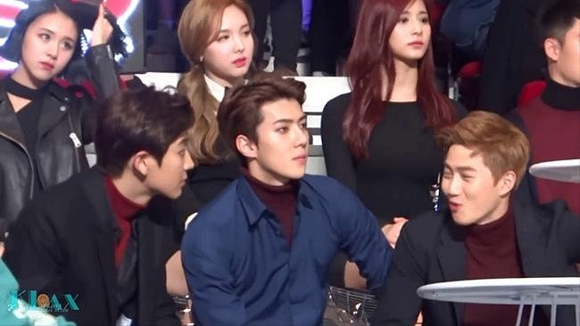 Tại các lễ trao giải, fan luôn soi nhất cử nhất động của hai nhóm để tìm kiếm moment giữa các idol.