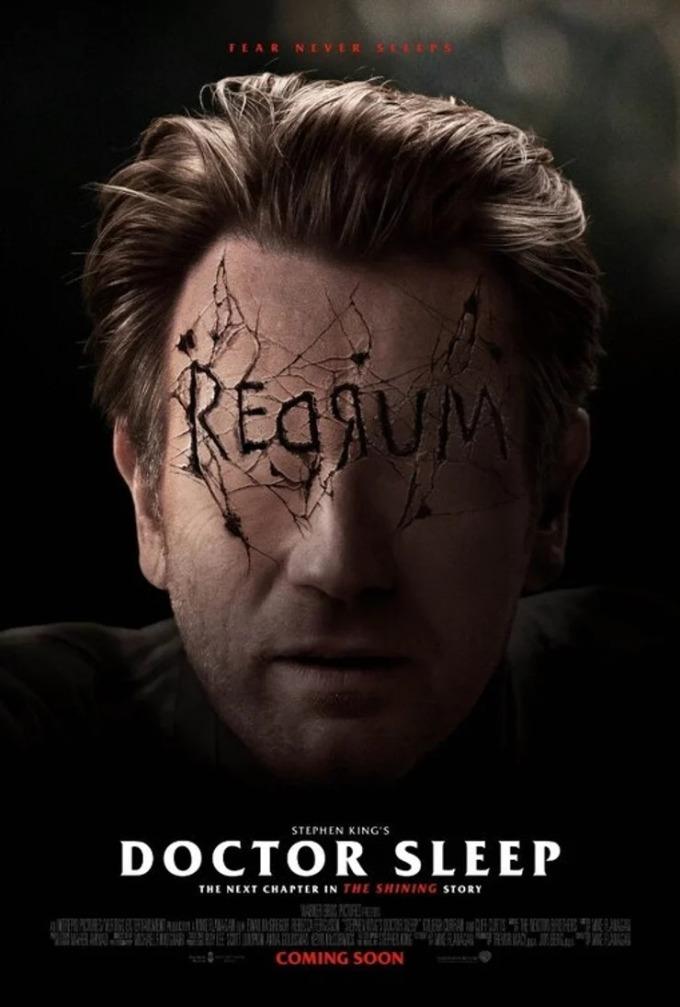 """<p> <strong>Doctor Sleep</strong><br /><br /> Poster cho thấy một Daniel Torrance lớn tuổi hơn đang nhìn về phiên bản thời thơ ấu của mình. Điều đó chứng tỏ Daniel vẫn đang mắc kẹt trong ký ức kinh hoàng về khách sạn Overlook.<br /><br /> Tấm poster tiếp theo cho thấy dòng chữ """"Redrum"""" được thay thế đôi mắt của Daniel kèm theo những vết nứt trên khuôn mặt. Thực chất, dòng chữ """"Redrum"""" này đã xuất hiện trong <em>The Shining</em> và trở thành một trong những chi tiết biểu tượng của bộ phim. Lúc nhỏ, nhân vật Danny viết """"Redrum"""" lên cửa phòng tắm. Cụm từ tưởng chừng vô nghĩa nhưng khi mẹ cậu bé nhìn qua gương mới phát hiện ra đây là chữ """"Murder"""" (giết người) bị viết ngược.</p>"""