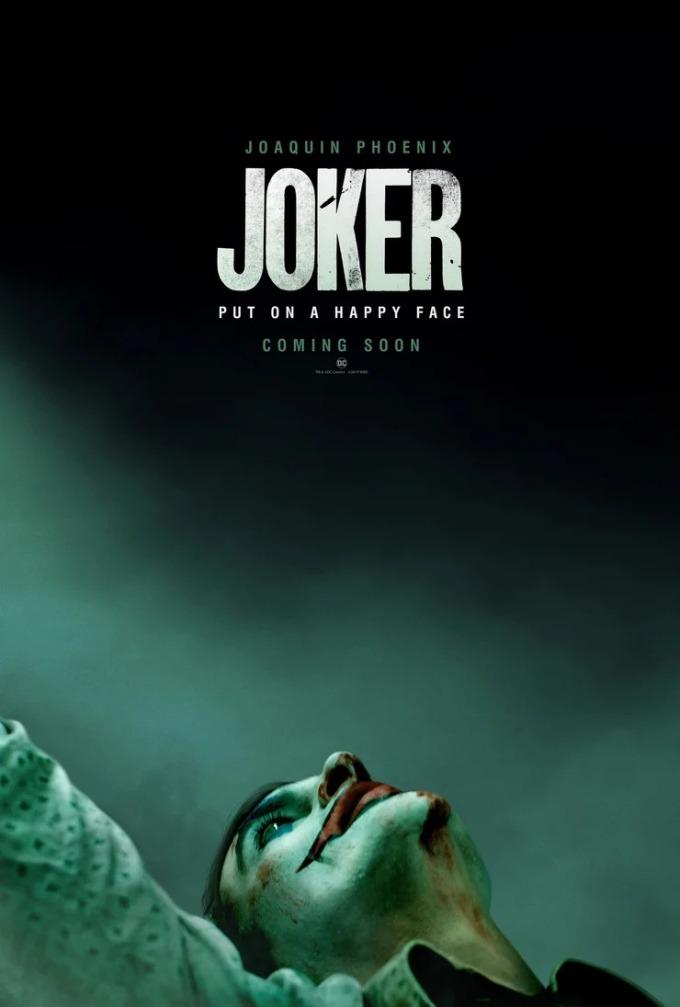 """<p> <strong>Joker</strong><br /><br /> Joker là bộ phim được nhắc đến nhiều nhất năm 2019. Nam tài tử Joaquin Phoenix xuất hiện trên bìa poster trong tạo hình gã hề tội ác với khuôn miệng rộng trứ danh, làn da phủ phấn trắng bệch loang lổ những vết máu khô. Tổng thể poster bao trùm gam màu tăm tối.<br /><br /> Poster thể hiện cảnh anh ta nhảy trên những bậc thang với ánh mắt hướng lên trời thể hiện sự ung dung, lạc quan mặc dù cuộc sống đầy bi ai, trắc trở. Điều đó thể hiện rõ tính cách """"điên"""" của anh ta, luôn phải tươi cười nhảy nhót kể cả khi gặp phải những chuyện không mong muốn.</p>"""