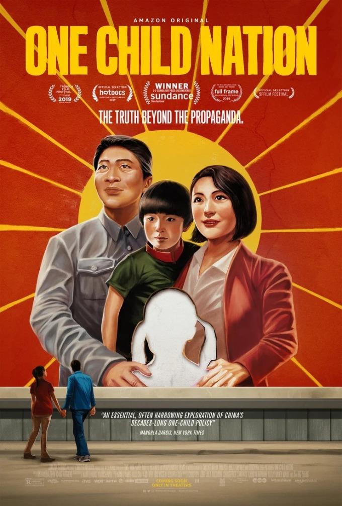"""<p> <strong>One Child Nation</strong><br /><br /><em>One Child Nation</em> là một bộ phim tài liệu lôi cuốn về """"chính sách một con"""" của Trung Quốc kéo dài nhiều thập kỷ, từ 1979 đến 2015. Cả đạo diễn Nanfu Wang và Jialing Zhang đều sinh ra trong chế độ này. Bộ phim nhận được nhiều lời khen với 99% đánh giá tích cực trên <em>Rotten Tomatoes</em>.<br /><br /> Poster phác họa một gia đình gồm ba người là chồng, vợ và một người con trai. Hai vợ chồng đều đặt cánh tay lên vai một bé gái không có mặt. Điều đó thể hiện mong muốn có thêm con gái của cặp vợ chồng nhưng không được phép. Ánh mắt họ hướng lên thể hiện sự tuân thủ theo pháp luật Trung Quốc.</p>"""