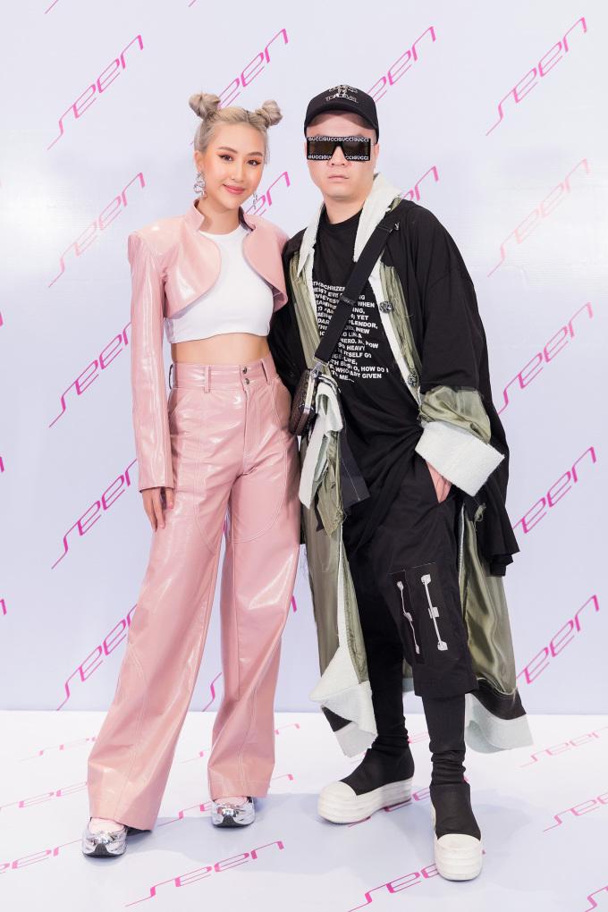 <p> Quỳnh Anh Shyn chụp ảnh cùng NTK Đỗ Mạnh Cường.</p>
