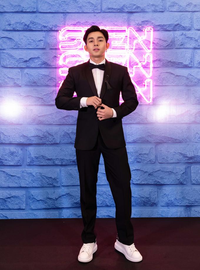 <p> Jun Phạm bảnh bao với suit trên thảm đỏ.</p>