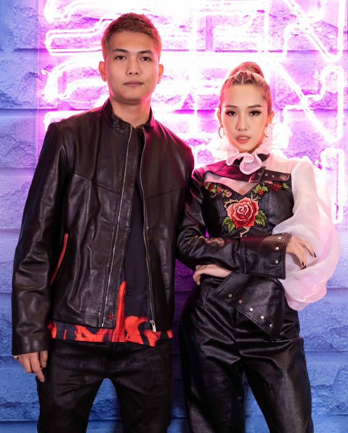 <p> Bộ đôi Big Daddy - Emily diện đồ cá tính đến show thời trang. Nếu như Emily là hot girl đời đầu ở Hà thành thì Quỳnh Anh Shyn thuộc thế hệ kế tiếp.</p>
