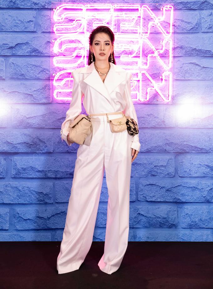 <p> Chi Pu là người chị em thân thiết của Quỳnh Anh Shyn. Cả hai quen nhau từ khi đóng chung <em>5S Online</em>, sau đó cùng Nam tiến lập nghiệp. Tối qua, Chi Pu cá tính với bộ jumpsuit trắng, kết hợp belt bag của Chanel.</p>
