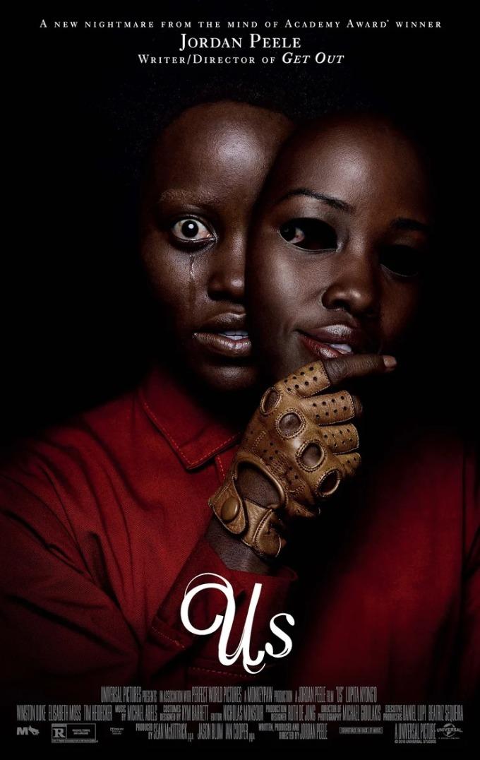 <p> <strong>Us</strong><br /><br /> Poster chính thức của Jordan Peele cho bộ phim <em>Us</em> được coi là sản phẩm hay nhất trong năm nay. Hình ảnh nữ diễn viên lột mặt nạ, để lộ ánh nhìn chằm chằm gây ám ảnh cho người xem. Poster sử dụng gam màu tối, nền đen với màu đỏ làm chủ đạo thể hiện tính bạo lực.<br /><br /> Trong một poster khác có xuất hiện hình ảnh chiếc kéo. Cây kéo được cấu tạo từ hai phần giống nhau, tương tự các nhân vật trong phim có một phiên bản y hệt. Kéo còn tượng trưng cho việc chia cắt, như việc Tổng thống Donald Trump xây dựng bức tường ngăn cách Mỹ và Mexico. Nội dung bộ phim còn mang nhiều ẩn ý về chính trị, xã hội khác.</p>