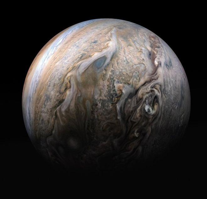 <p> Tàu vũ trụ Juno của Nasa đã gửi những hình ảnh tuyệt đẹp về các đám mây của sao Mộc, kể từ khi nó đến quỹ đạo hành tinh năm 2016. Trông màu sắc của nó như vân đá cẩm thạch. Bức ảnh được tổng hợp từ bốn hình ảnh riêng biệt được chụp bởi tàu vũ trụ vào ngày 29/5. Thời điểm đó, tàu Juno đang bay sát hành tinh, cách đỉnh mây khoảng 8.600 - 11.600 km.</p>
