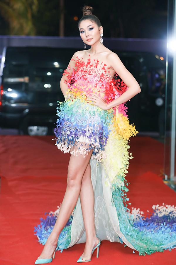 Thanh Hằng diện bộ đầm đính họa tiết 3D của NTK Công Trí. Thiết kế xẻ đùi tôn đôi chân 1,12 m của nữgiám khảo Hoa hậu Hoàn vũ Việt Nam 2019.